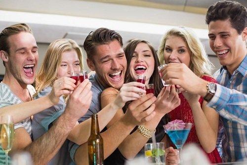 Алкоголь в разумных количествах раскрепощает, поднимает настроение и позволяет весело провести время!