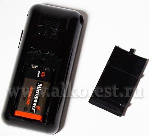 """Батарейный отсек алкотестера """"SITITEK СА2010"""" со снятой крышкой (хорошен виден элемент питания — 9-вольтовая батарейка)"""